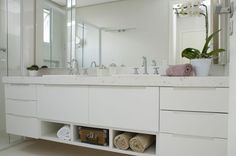 Unimoveis® Marcenaria Fina,  Bancada com gavetas, portas e nichos em laca PU acetinada branca.