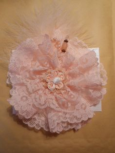 Gorgeous Shabby Chic flower in peach Shabby Chic Flowers, Shabby Chic Crafts, Lace Flowers, Felt Flowers, Fabric Flowers, Ribbon Art, Fabric Ribbon, Ribbon Bows, Ribbons