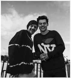 black and white, one direction y couple imagen en We Heart It Larry Stylinson, Louis Tomlinsom, Louis And Harry, Foto One, Larry Shippers, Indie, One Direction Pictures, Black And White Pictures, Liam Payne