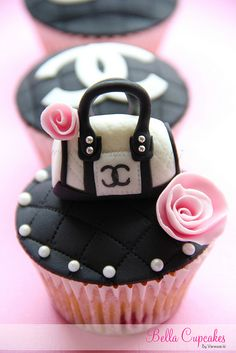 so beautiful Bella Cupcakes: chanel Pretty Cupcakes, Beautiful Cupcakes, Yummy Cupcakes, Cake Pops, Cupcakes Chanel, Chanel Cake, Fancy Cakes, Mini Cakes, Cupcakes Bonitos