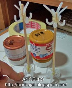 Miniature tutorials: good content, however in Spanish, did not see a English translation button. Use of the curvature of plastic food containers is creative. Diy Doll Miniatures, Dollhouse Miniature Tutorials, Miniature Crafts, Dollhouse Dolls, Miniature Dolls, Miniature Furniture, Dollhouse Furniture, Diy Barbie Furniture, Mini Things