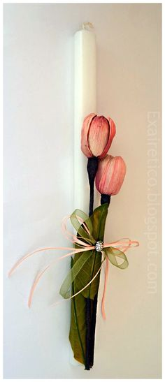 Λευκή πασχαλινή λαμπάδα με λουλούδια και κορδέλες