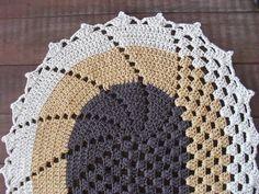 Tapete de crochê em barbante número 8, nas cores marrom, amarelo queimado e cru.    *ACEITAMOS ENCOMENDAS DE TAPETES