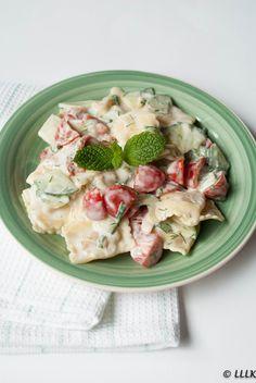 Griekse ravioli salade met tzatziki dressing