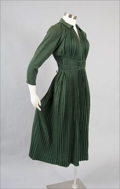 Claire McCardell Pleated Jersey Dress Love the color and style.although the material choice could be better Claire Mccardell, Fashion Moda, 1940s Fashion, Vintage Fashion, Womens Fashion, Club Fashion, Vintage Outfits, Vintage Dresses, Vintage Clothing