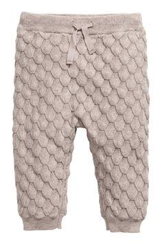 BABY EXCLUSIVE/CONSCIOUS. Een gebreide broek van zacht, biologisch katoen met een ingebreide structuur. De broek heeft elastiek en een drawstring in de tail