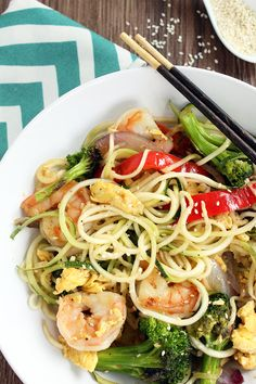 Noodles With Shrimp, Peppers, Onion & Broccoli -Healthy Broccoli Recipes That Will Watter Your Mouth. Learn the socializing technique to make healthy zucchini noodles! Worth buying the machine! Healthy Food Blogs, Healthy Eating, Clean Eating, Healthy Recipes, Tasty Meals, Primal Recipes, Protein Recipes, Skinny Recipes, Healthy Cooking