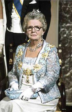 Koningin Juliana met de Mellerio parure met safieren i.p.v. robijnen!