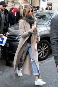 Take a look at the best jennifer aniston in the photos below and get ideas for your cute outfits! Jennifer Aniston Style: Beating the NYC chill in a chic maxi camel coat, ripped boyfriend jeans, white kicks and a grey… Continue Reading → Outfit Jeans, Camel Coat Outfit, Outfit With Boyfriend Jeans, Boyfriend Style, Jennifer Aniston Style, Jennifer Aniston Boyfriend, Mode Outfits, Jean Outfits, Chill Outfits