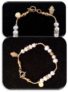 pulsera perlas de río, dijes, separadores, argollas, broche en chapa de oro