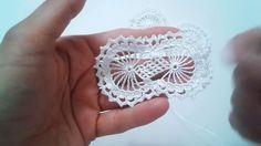 Değişik tepsi örtüsü modelleri, dantel sehpa örtüsü modelleri olarak yapabilirsiniz. Ördüğünüz dantel modellerinin üzerini boncuk ve pullarla süsleyerek da