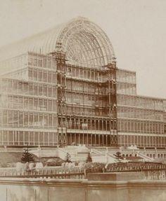 1851: Esposizione Universale di Londra. Se il '48 ha determinato (o è stato determinato da?) una rivoluzione politica e culturale, il '51, con l'esposizione universale, ha segnato una rivoluzione tecnologica senza precedenti. Nella foto: Crystal Palace di Londra, 1851 ca.