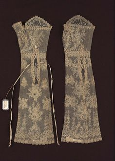 Pair of women's mitts | Museum of Fine Arts, Boston Linen bobbin lace with silk cord  no date given