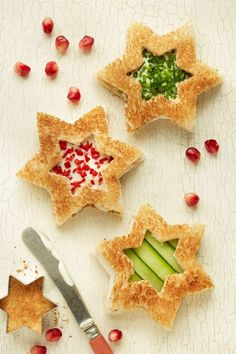 Christmas Star Sandwiches - 18 Red and Green Christmas Appetizers for a Real Holiday Celebration Christmas Tea Party, Christmas Snacks, Xmas Food, Christmas Appetizers, Christmas Star, Appetizers For Party, Simple Christmas, Christmas Sandwiches, Christmas Cheese