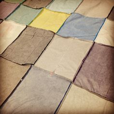 Tshirt quilt diy - How To Make A TShirt Quilt For Dummies – Tshirt quilt diy Sewing Hacks, Sewing Tutorials, Sewing Tips, Rag Quilt Tutorials, Sewing Crafts, Dress Tutorials, Fabric Crafts, Sewing Patterns Free, Quilt Patterns
