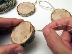 A faszelet oldalába vékony fúróval fúrjunk egy fél cm mély lyukat. A natúr kenderzsinórból vágjunk le egy kb. 15 cm-es darabot, amit hajtsunk félbe, és a ragasztópisztoly segítségével ragasszuk a lyukba.