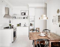 Tämän kodin keittiössäsäilytystilana toimivat avohyllyt sekä irrallinen hyllykaluste. Paitsi käytännöllisyyttä ne tarjoavat myös kevyen pohjaratkaisun keittiön sisustukselle. Umpinaisten kaappien sijaan lautaset, lasit ja muut esineet pääsevät nyt oikeuksiinsa avohyllyllä ja metallisella hyllykalusteella sijaitsevatpurnukat muodostavat myös oman osansa keittiön ilmeestä. Asunto löytyi myynnistä Stadshem -palvelusta. Puinen ruokapöytä on saanut ylleen kuparisen kattovalaisimen ja tummat…