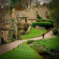 Bellissimo vero? Sembra di stare in un film . Questa Arlington Row, Bibury (600 abitanti circa), Gloucestershire in Inghilterra . Fu defini...