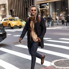 Well dressed, goal-oriented and clearly structured. Get tips and tricks on the latest fashion and lifestyle trends for men Mens Spring Fashion Outfits, Mens Fashion, Cool Boys Clothes, Men With Street Style, Classy Men, Classic Outfits, Classic Fashion, Denim Outfit, How To Look Classy