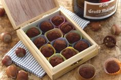 I truffles sono praline dolci originari del Belgio: in questa versione sono relizzati con cioccolato fondente, gianduia e nocciole tostate tritate!