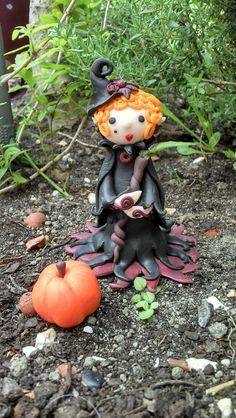 Lady Sorcha, Sorcière Lutine Mutine De Samhain.  Chapeau pointu bibi, citrouille, baguette et bijoux...