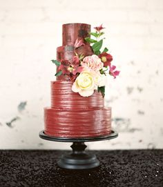 Moody Marsala Editorial on Green Wedding Shoes. Floral: The Southern Table Round Wedding Cakes, Wedding Sweets, Amazing Wedding Cakes, Amazing Cakes, Green Wedding Shoes, Red Wedding, Fall Wedding, Red And White Weddings, Rustic Cake