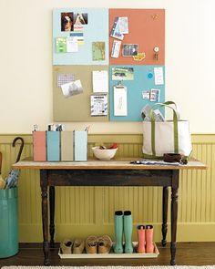 Entrada: quadro e caixas com cores diferentes para casa morador (Martha Stewart)