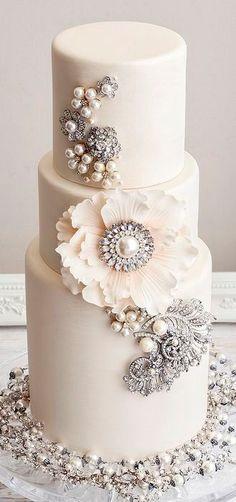Inspiration : le wedding cake / gâteau de mariage avec des bijoux www.mariages.net/ cake decorating ideas