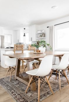 Dec 2019 - Dining Room Update: New Home For The Vintage Rug! - Vintage Rugs - Ideas of Vintage Rugs Dining Room Design, Dining Room Table, Kitchen Dining, Kitchen Decor, Dining Room Rugs, World Market Dining Table, Living Room, Table Lamp, Tapetes Vintage