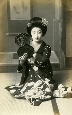 Geisha Miss Tomigiku ( Meiji Period ) Japanese History, Japanese Beauty, Japanese Culture, Asian Beauty, Japanese Photography, Vintage Photography, Japanese Kimono, Japanese Girl, Style Du Japon