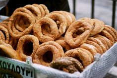 Thessaloniki Koulouri: a street food, round shaped bread product with a hole in the middle, covered with sesame seeds Healthiest Snacks, Healthy Snacks, Macedonia, Street Vendor, Parthenon, Acropolis, Middle Eastern Recipes, Thessaloniki, Greek Recipes