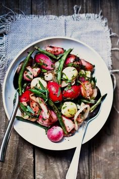 Grilled Radishes with Tarragon Vinaigrette Radish Recipes, Healthy Salad Recipes, Whole Food Recipes, Healthy Grilling, Grilling Recipes, Healthy Side Dishes, Side Dish Recipes, Farmers Market Recipes, Cooking Green Beans