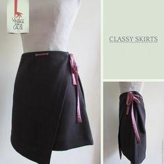 Uma classy skirt com um detalhe especial, ideal para levar para o trabalho. Um clássico irreverente.