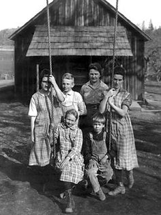 This image shows a rural class in front school house in the Vintage Pictures, Old Pictures, Vintage Images, Old Photos, Appalachian People, Appalachian Mountains, Old School House, School Days, Country School