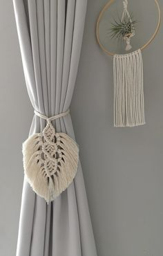 Macrame Wall Hanging Patterns, Macrame Plant Hangers, Macrame Art, Macrame Design, Macrame Projects, Macrame Patterns, Curtain Tie Backs Diy, Leaf Curtains, Home Decor Accessories