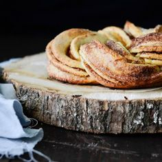 Try this delicious & crispy cinnamon roll for breakfast! A how-to included (in Romanian)