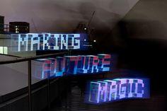 Soporte / Interacción.  Aprovechando las cualidades lumínicas de la pantalla de las tablets, se han generado una serie de videos que seccionan formas tipográficas tridimensionales. Al ser reproducidos en dichos dispositivos y éstos a su vez movidos durante la captura de imagen en stop-motion, da como resultado el dibujo de palabras completas en el aire y el espacio surgidas de la nada. Making Future Magic: iPad light painting on Vimeo. https://vimeo.com/14958082