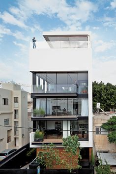 Modern High-Rise Town House in Tel Aviv - Photo 1 of 7 - Tall and surprisingly open, the Tel Aviv Town House by Pitsou Kedem Architects continues in the tradition of its Bauhaus-inspired neighbors with a white facade and black window frames. Pitsou Kedem, Modern Courtyard, Modern Townhouse, Townhouse Exterior, Floor To Ceiling Windows, Modern House Design, Exterior Design, Interior Architecture, Minimalist Architecture