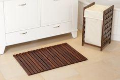 Badvorleger Holz aus Buche in nussbraun gebeizt & lackiert. Die Holzbadematte ist mit einer Antirutsch-Lasche ausgestattet.