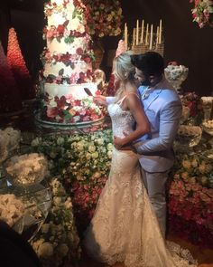 Fotos do casamento Gusttavo Lima e Andressa Suita. Noivos cortando o bolo.