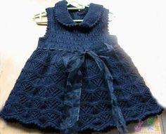 Синее платье спицами для девочки Возраст ребенка: на 2 года Вам потребуется: пряжа «Лидия кватро» (50% шерсть, 50% акрил, 400 м/100 г) — 230 г темно-синего цвета, спицы №2,5, 2 пуговицы, лента длиной 1,5 м. Лицевая гладь: лиц. ряды — лиц. петли, изн. ряды — изн. петли. Узор 1: вязать по схеме 1. Узор 2: …