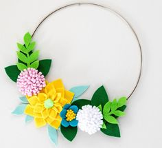 How about making a felt flower wreath for Mother's Day? I like playing with felt once in a while to take a break from sewing and jewelry making. With spring and all the early pretty flowers … Felt Flower Wreaths, Felt Wreath, Diy Wreath, Felt Diy, Felt Crafts, Crafts To Make, Marco Diy, Felt Flowers Patterns, Fabric Flowers