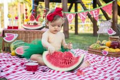 Smash the fruit - 4 Watermelon Photo Shoots, Watermelon Baby, Baby Fruit, 1st Birthday Pictures, 1st Birthday Themes, Baby Girl 1st Birthday, First Birthday Photography, Watermelon Birthday Parties, Cake Smash Photos