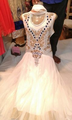 Ma prom dress, thr are diff colors available iqra. M getting white. Do you want same design but diff color?
