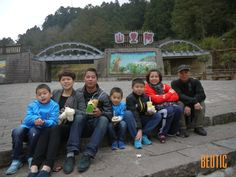 It is my first customers from Mainland China, who are a group of 2 Family from Chongqing, China. During the 7 days of trip in the western Taiwan, we went to Sun Moon Lake, Cijing, Tainan, Kaohsiung, Kenting and Alishan. Though we spent lots of time on traffic jam, and the weather was not good all the time , we still had lots of fun. From 3,275 meters in Wuling to Beach in Kenting, Taiwan provides all kinds of scenery for us. It is  also a pleasure for me to travel with them.