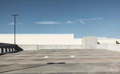 Empty rooftop parking lot.  #carpark #parking #parkinglot #emptyparkinglot #rooftopparking #dutourdumonde #sonyimage #sonyrx100m4 #sonyrxmoments #resourcemag #resourcetravel #architecturelover #architectures #minimalmood #minimalistics #minimalexperience #minimalista #usa