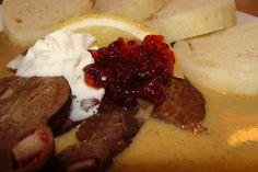 Hovězí srdce očistíme,rozkrojíme na půl a velmi dobře propereme ve vodě(vypláchneme od krve).Srdce osušíme,prošpikujeme klínky slaniny a... Mashed Potatoes, Steak, Beef, Ethnic Recipes, Food, Detail, Whipped Potatoes, Meat, Smash Potatoes