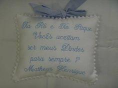Almofada convite de batismo, personalizado com o nome dos dindos/padrinhos.    Almofada de berço, com oração santo anjo.     Pode ser feito em outras cores. R$ 38,00
