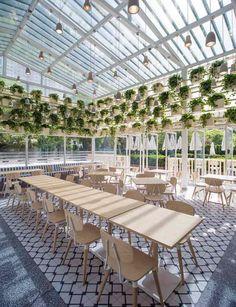 Café 27 : jardin vertical, plafond design, meubles en bois et revêtement de sol artistique
