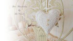 Diese süße Deko ist ein Doppelherz: ein Pappmachè - Herz und darauf das selbstgehäkelte Herz :)  Ein besonderer Hingucker an einen nostalgischen Au...